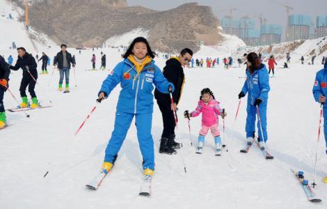 冬日休闲旅游好去处 兰州安宁滑雪乐趣多!